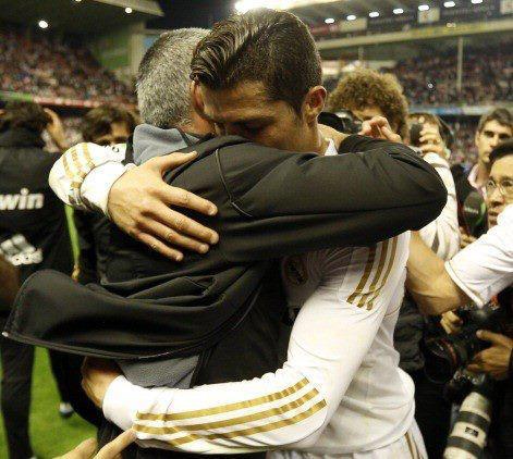 Abrazo de Mourinho a Higuaín 4
